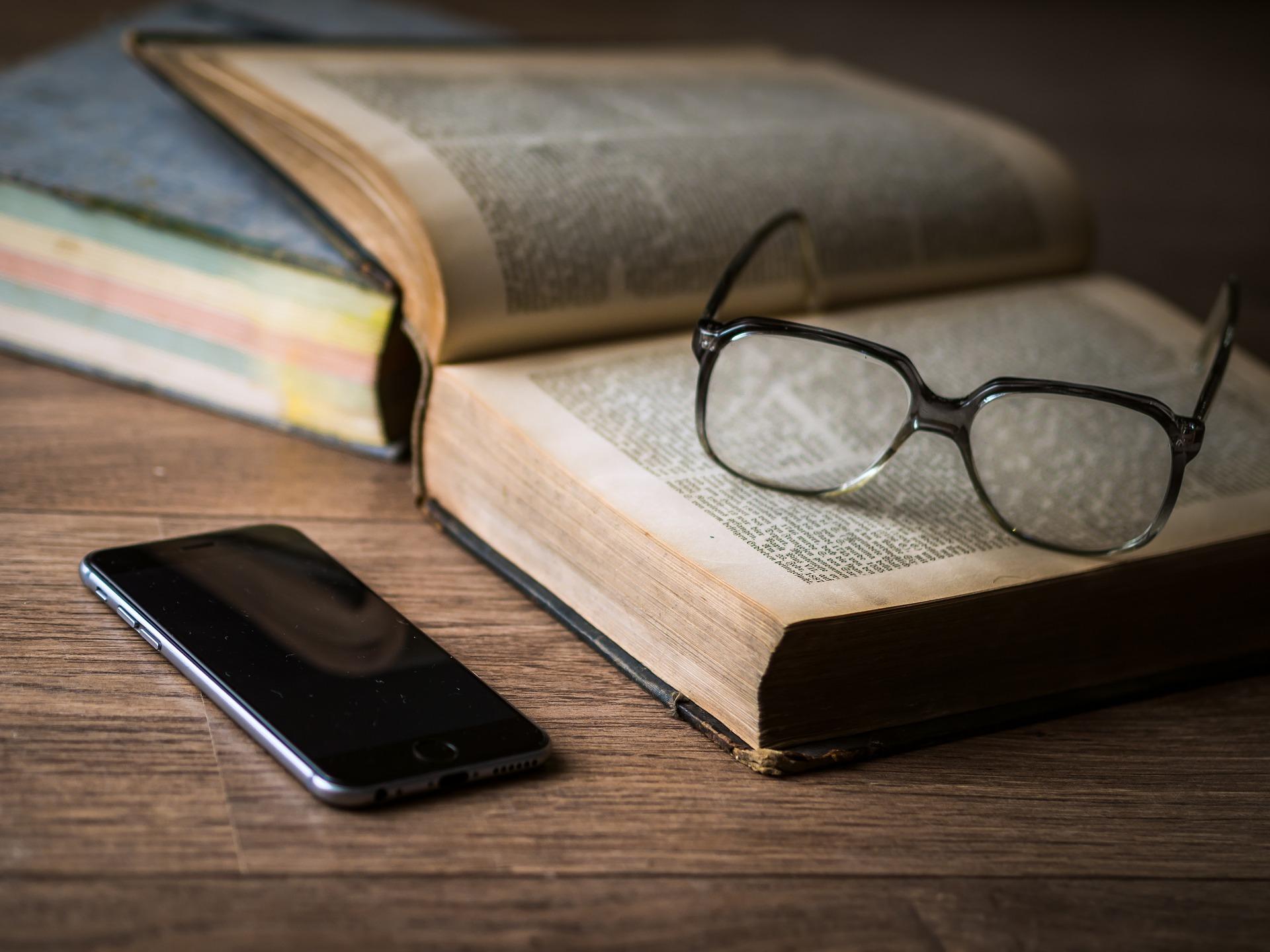 un libro, unas gafas