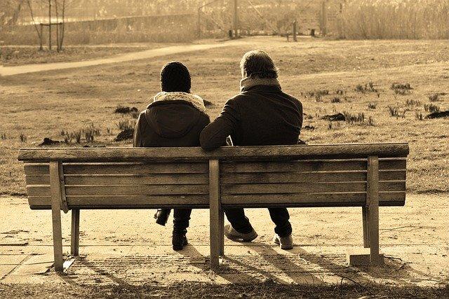 dos personas hablando en un parque